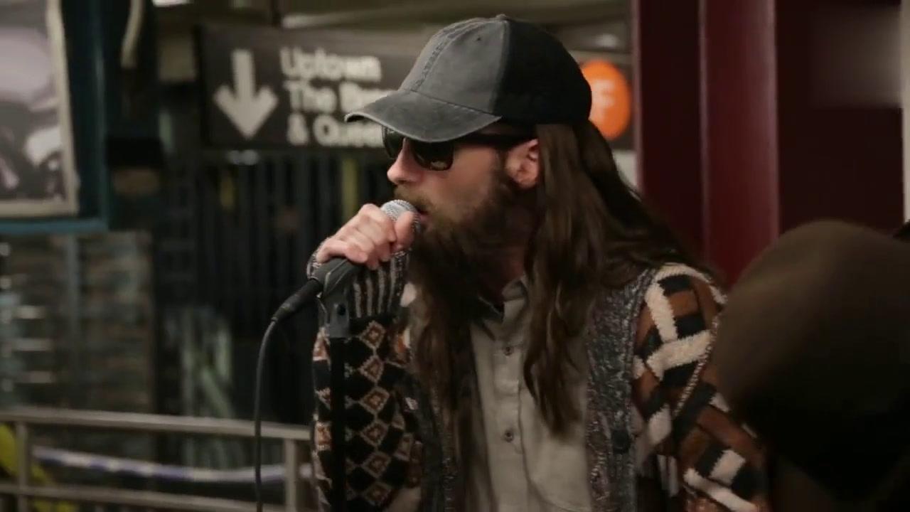 Maroon 5 乐队打扮成街头乐队在纽约地铁表演!期待观众反应!